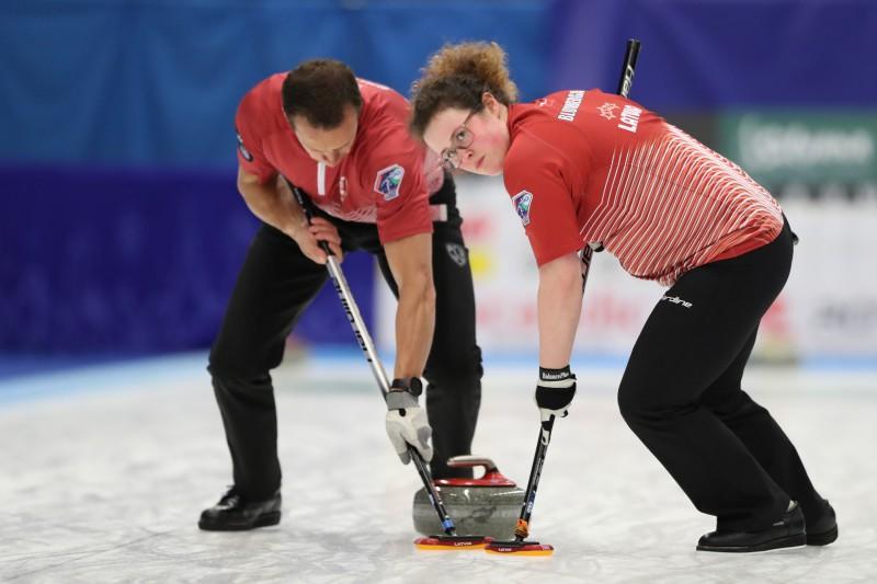 Olimpiskais čempions parāda savu meistarību un sagādā Latvijas kērlingistiem pirmo zaudējumu PČ
