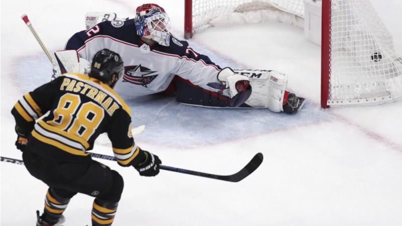 """Pastrņākam divi vārti """"Bruins"""" panākumā, Hertls divas reizes precīzs """"Sharks"""" uzvarā"""