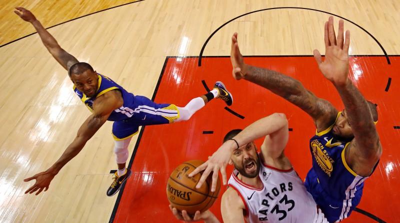 NBA finālsērijas piektās spēles galotnē tiesneši kļūdaini nefiksēja piezīmi Gazola metienā
