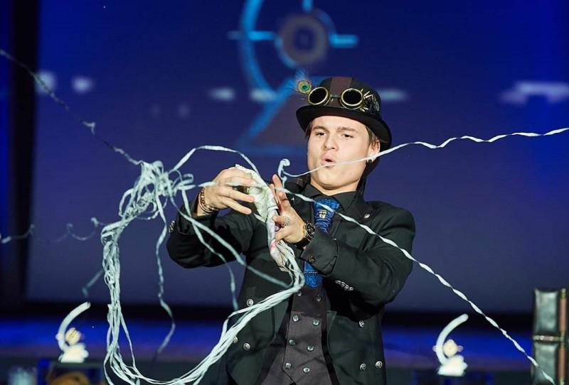 Jaungada naktī Rīgas Latviešu biedrības namā brīnumus uzburs burvju mākslinieks Dante Pecolli