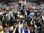 """<h1>10. DŽORDANA SKOLA ATKAL ZIRGĀ: """"NORTH CAROLINA"""" KĻŪST PAR SEŠKĀRTĒJU NCAA ČEMPIONI</h1><br><br> """"North Carolina"""" basketbolisti 107. sezonā kļuva par """"Atlantic Coast Conference"""" regulārās sezonas uzvarētājiem, 20. reizi sasniedza nacionālā čempionāta """"Četru finālu"""" un 11. reizi spēlēja finālā. Izšķirošajā spēlē, kas notika 3. aprīlī """"University of Phoenix"""" stadionā Glendeilā, """"Tar Heels"""" pieveica finālturnīra debitanti """"Gonzaga"""" ar 71:65. """"North Carolina"""" kļuvusi par trešo titulētāko NCAA komandu aiz UCLA un """"Kentucky"""" (čempioni 1957, 1982, 1993, 2005, 2009, 2009, 2017). Treneris Rojs Viljamss (Roy Williams) 14 sezonās izcīnījis trīs titulus."""