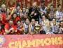 """<h1>4. """"ALĶĪMIĶIS"""" NODROŠINA SPĀNIJAS ATGRIEŠANOS VIRSOTNĒ</h1><br><br> Lukass Mondelo pārņēma Spānijas valstsvienības stūri pēc tam, kad spānietes """"EuroBasket Women 2011""""...neiekļuva labāko astoņniekā un nekvalificējās Londonas spēlēm. """"Alķīmiķa"""" ierašanās visu mainīja – Spānija kļuva par Eiropas stiprāko komandu, visos turnīros izcīnot medaļas (Eiropas zelts 2013, 2017, bronza 2015; sudrabs Pasaules kausā 2014, sudrabs Rio 2016). Eiropas finālā spānietes trešo reizi tikās ar Franciju un trešo reizi palika nepārspētas – 71:55. Francūzietes trešo reizi pēc kārtas piedzīvoja sakāvi izšķirošajā spēlē. Beļģija vēsturiskā cīņā par bronzu pieveica Grieķiju un, tāpat kā Latvija, pirmo reizi kvalificējās Pasaules kausa izcīņai."""