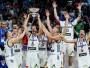 """<h1>1. BEZBAILĪGA, DROSMĪGA, NEUZVARAMA: SLOVĒNIJA TRIUMFĒ EIROPAS ČEMPIONĀTĀ</h1><br><br> Līdz 2017. gada vasarai """"EuroBasket"""" vēsturē bija zināmi septiņi gadījumi, kad par čempioni kļuva valsts ar 10 vai mazāk miljoniem iedzīvotāju: Latvija (1935), Lietuva (1937, 1939, 2003), Ungārija (1955) un Grieķija (1987, 2005). Stambulā iemirdzējās """"astotā zvaigzne"""" – serbu speciālista Igora Kokoškova trenētā Slovēnija finālturnīrā izcīnīja deviņas uzvaras deviņās spēlēs. Finālā, kuru klātienē apmeklēja vairāk nekā 5000 tautiešu, slovēņi ar 93:85 pārspēja solīdo Serbiju, kura pat bez daudzām zvaigznēm bija tuvu panākumam. Latvija zaudēja abām finālistēm un finišēja piektā, tomēr ieņēma augstāko vietu pēc neatkarības atjaunošanas. Spānija bronzas spēlē pieveica Krieviju – 93:85."""
