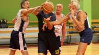 Basketbolu spēlē veterāni