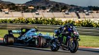"""Rosi testē F1 bolīdu, Hamiltons sēžas uz """"MotoGP"""" motocikla"""