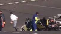 Video: Iespaidīgā sadursmē mašīna aizlido pāri drošības barjerai