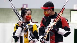 Ķīnas jauktās stafetes komanda triumfē arī šaušanā ar pneimatisko šauteni