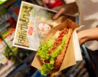 9 baušļi, kā pieklājīgi ēst <i>hotdogu</i>