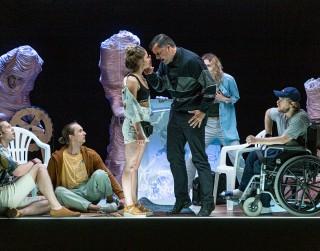"""Dailes teātra melnā komēdija """"Sidraba šķidrums"""" piedalīsies starptautiskā festivālā Polijā"""