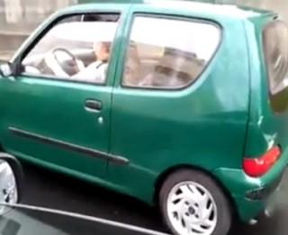 Video: Smieklīgi! Meitene brauc pa pilsētu ar rokas bremzi