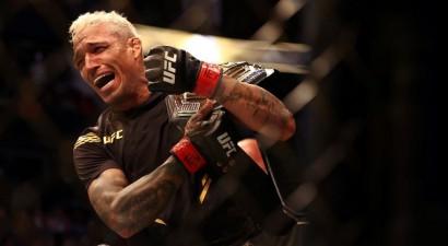 Oliveira iztur pirmo raundu un nokautē Čendleru otrajā, izcīnot UFC titulu