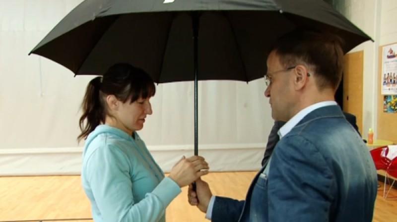 Anastasija Grigorjeva saņem lietussargu  Foto: daugavpils.lv