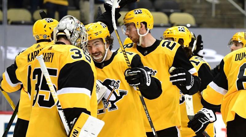 """""""Penguins"""" spēlētāji svin panākumu. Foto: AFP/Scanpix"""