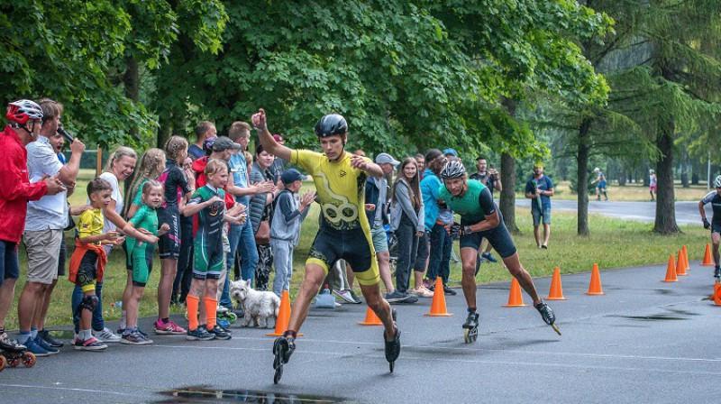 S.Šnore finišē pirmais, aiz sevis atstājot Lauri Bitenieku. Foto: D.Krauja, SK ASI.