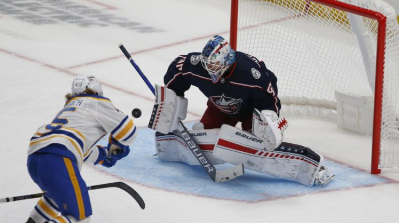 """Elvis Merzļikins pārbaudes mačā pret """"Sabres"""". Foto: AP/Scanpix"""