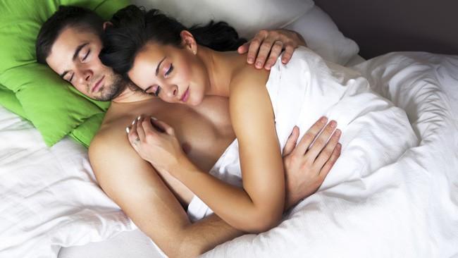 Pāru gulēšanas pozas. Ko tās liecina par jūsu attiecībām