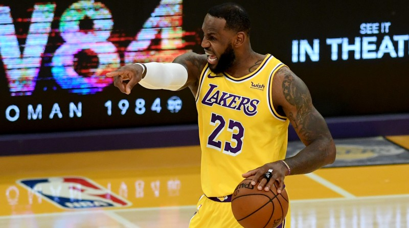 """Džeimss dzēlīgi atbild """"Lakers"""" komandas skeptiķiem"""