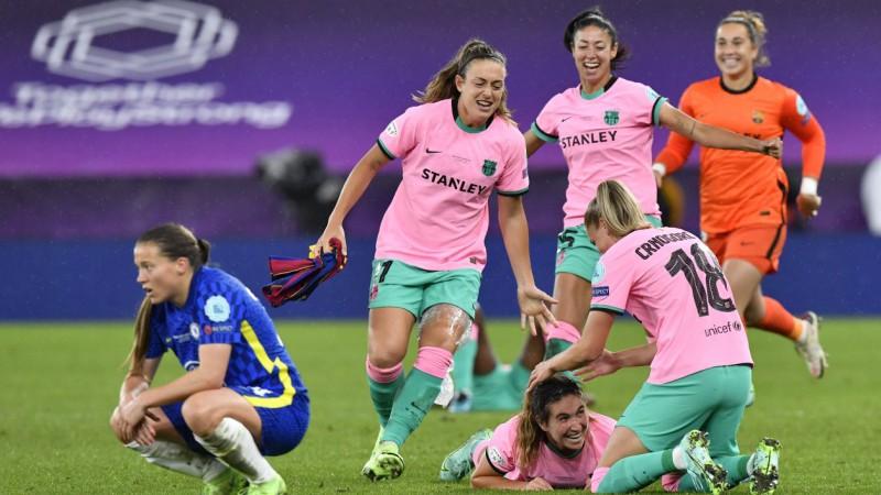 """""""Barcelona"""" samaļ miltos """"Chelsea"""", pirmo reizi triumfējot Sieviešu Čempionu līgā"""