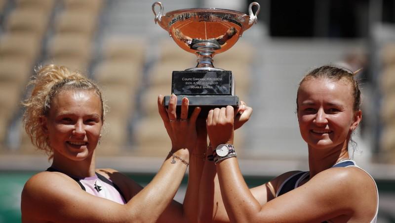 Krejčīkova Parīzē uzvar arī dubultspēļu turnīrā