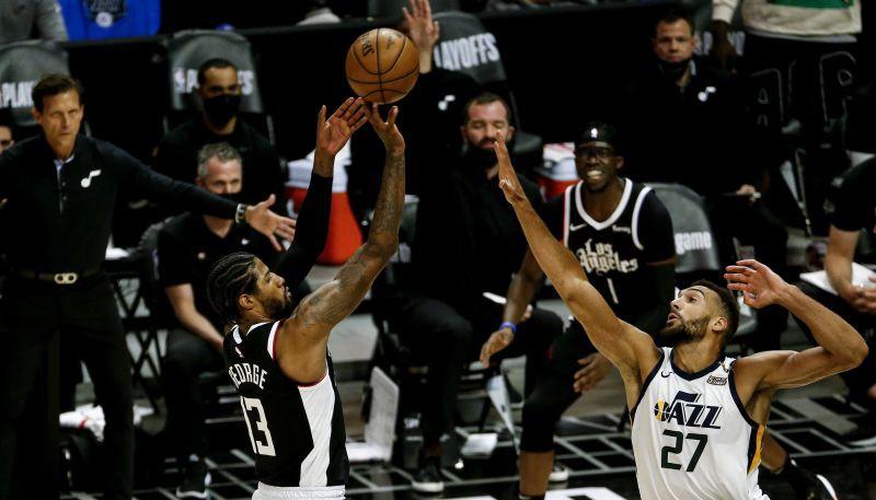 """""""Clippers"""" bez Lenarda izslēdz """"Jazz""""; """"76ers"""" un """"Hawks"""" aizvadīs septīto spēli"""