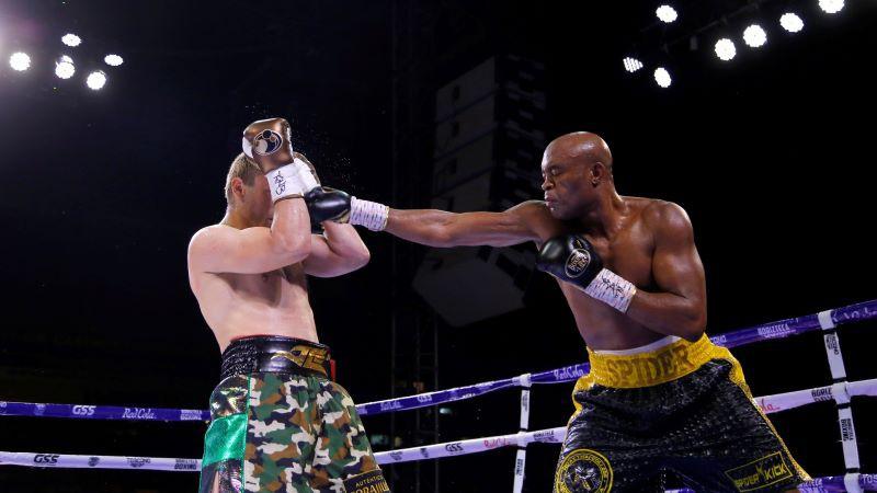 Leģendārais Silva boksa ringā atgriežas ar uzvaru; UFC oktagonā panākums Junam