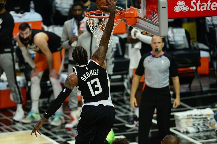''Clippers'' rāda raksturu un uzvar franšīzes vēsturē pirmajā konferences fināla spēlē