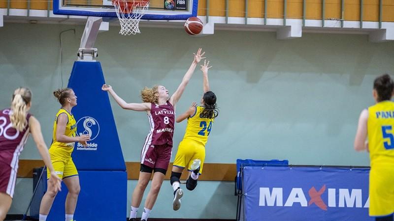 Latvijas U18 meitenes smagā cīņā pārtrauc Portugāles uzvaru sēriju